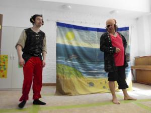 """Bajka w wykonaniu aktorów Teatru Horyzont pt. ,,Niebezpieczne zabawy nad wodą"""""""