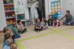 Czytanie bajek przez uczniów z sąsiadującej szkoły